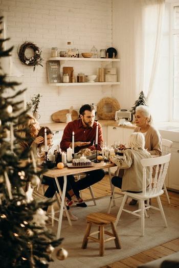 フィンランドにとってのクリスマスは、日本でいうお正月みたいなもの。そのため、街もお店も静まり、自宅で家族や親戚とのゆったりとした時間を過ごすのが一般的です。友人や恋人とは、年末や年明けに会う約束をします。