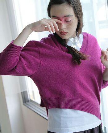 コムデギャルソンのパタンナーをされていた宮尾史郎氏が手掛けるファッションブランド「MIYAO」のニット。ぱっと目を引く鮮やかなパープルとアシンメトリーなデザインが特徴です。