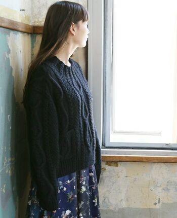 こちらもハンドメイドで編まれたウール100%のざっくりとしたニットです。ヴィンテージ感を感じる抜け感のある雰囲気が女性らしさを引き立てます。