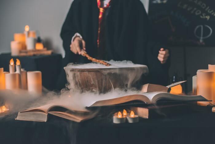 世界中で愛されている「ハリー・ポッターシリーズ」読めばその理由が分かるでしょう。本当にこんな世界があるのでは、と信じたくなる魔法界の丁寧な描写。呪文を唱えてみたり、どの寮に入ろうかな?と想像した人も多いはず。ファンタジーでありながら、魔法学校で出会う仲間たちとの人間模様や人の死についても触れ、真の勇気とは何なのかを私たちに教えてくれる作品です。