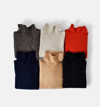 スコットランドのシェットランド島でとれるピュアウールを100%使用した贅沢なニット。とにかく軽量で着心地抜群、それでいて保温性に優れており、毎日でも着たくなるようなニットです。