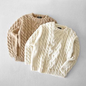 冬のコーディネートの定番となりつつある手編みのアランニット。こちらもウール100%でふっくらと厚みがあります。手編みならではのぬくもりが感じられる1着です。
