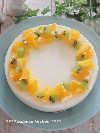 オーブンいらずの簡単ケーキ。底にカステラを敷き詰めたら、牛乳やヨーグルトなどを合わせた液を注いで冷やし固めます。さっぱりとした味わいで、食後のデザートにもぴったり。