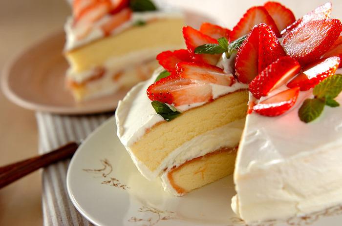 ホールのショートケーキってテンションが上がりますよね♪スポンジの間にイチゴシロップを挟むことで、イチゴの味がより引き立ちます。おもてなしの時に出したら歓声が上がりそう!