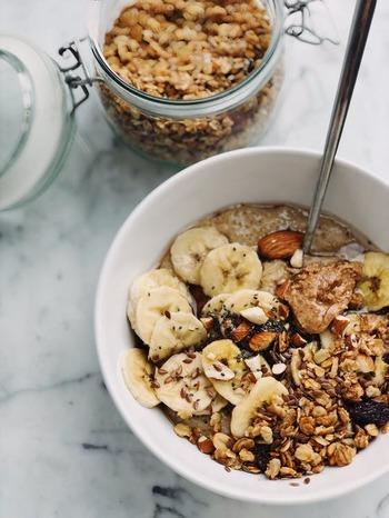 必要以上の脂質は胃腸に負担をかけ、消化不良を引き起こしてしまいます。さらに腸全体の機能の低下は、下痢や便秘にも繋がるんです。 このようなトラブルを避けるために、お通じに悩む方は発芽ナッツを選ぶのがおすすめです。