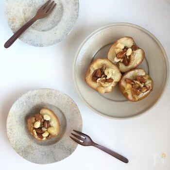 りんごをたくさんいただくこの季節。大量消費にもぴったりな焼きリンゴは、メープルナッツをかけることでさらに美味しく香ばしい1品に。ナッツに蜂蜜を絡めるだけの簡単シロップは、ヨーグルトやシリアルにのせても◎