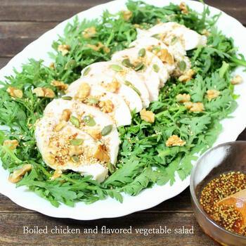 ドレッシングにアクセントとなるくるみを混ぜたよだれ鶏風サラダです。くるみのまろやかな油分には、生の香味野菜のクセをまろやかにする役割も。