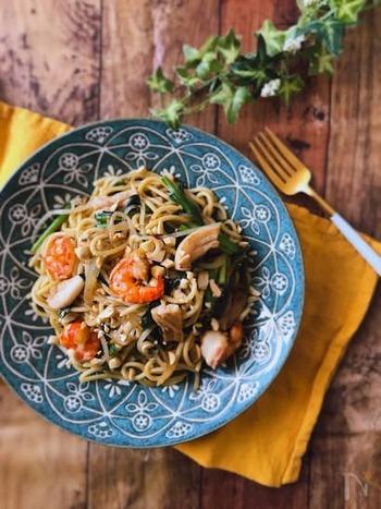 ナッツといえば、思い浮かぶのはエスニック料理。親しみあるいつものソース&醤油焼きそばも、ナッツを散らしてパクチーなどで香り高く仕上がれば、あっという間にパッタイ風の仕上がりに。