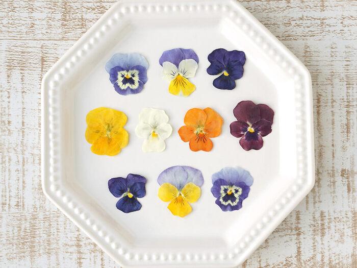 花の美しい色や形がそのまま保たれた「食べるおしばな」。焼き菓子に載せるとぱっと華やかになります。おもてなしやプレゼントにぜひお使いください!