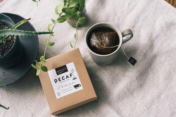 こちらのデカフェコーヒーは、コーヒーバッグタイプのため、器具を持っていない人でも気軽に美味しいコーヒーを淹れられます。カフェインフリーなので、眠る前にコーヒーを飲みたい時にもぴったりの一杯に。