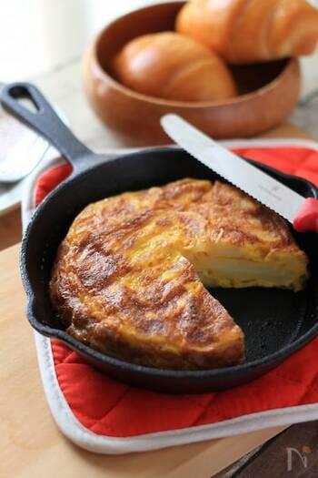 トルティージャとは、スペイン風のオムレツのこと。スペインのバルでは定番のタパスで、しっかりと焼くか半熟にするか、具材には何を入れるかなどによって、仕上がりがガラリと変わります。  具材にじゃがいもと玉ねぎだけを入れるのが、トルティージャの最もベーシックな作り方です。
