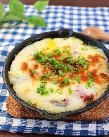 ふわふわ&とろとろの食感を楽しめるグラタンのレシピ。スキレットで調理すれば、自宅で外食みたいな気分を味わえます。  こんがりと焼き色をつけたチーズが、見た目もにおいも食欲をそそる一品。思いがけず、お酒がどんどんと進んでしまいそうです。