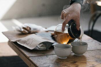 貯蔵庫で一定期間熟成した番茶を出荷直前に、じっくり焙煎した「有機ほうじ番茶」。ノンカフェインで、渋みが少ないため、お子様や妊娠中の方にもおすすめです。甘く香ばしい匂いが、お休み前にほっと一息つかせてくれるはず。