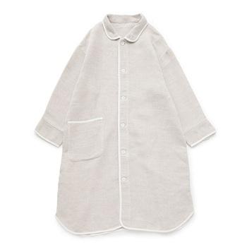 綿55%、麻45%使用のガウンパジャマ。綿のやわらかさ・吸湿性と、リネンのさらさらとした肌ざわり・通気性が組み合わさり、蒸れずにさらっとした肌心地を保ちます。襟のデザインがお洒落な上に、大きめのポケットもあるため、ワンマイルウェアとしての着回しもききます。