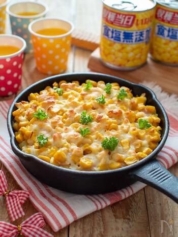 子どもも大喜びしてくれそうな、ポテトサラダとコーンで作るレシピ。火は一切使用せず、レンジとオーブンだけで手軽に作れます。  市販のコーン缶を使用すれば、15分ほどで完成するのも◎ お子さんも参加するホームパーティー用のお料理としてもおすすめです。