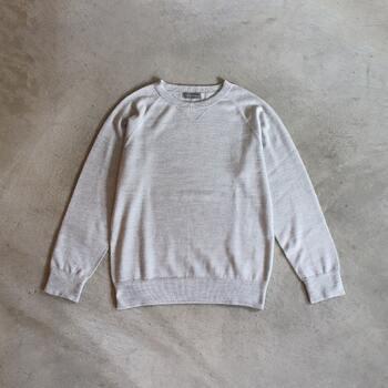 シルクを100%使用しているこちらのパジャマ。糸を起毛することによりシルクの光沢が抑えられ、ふんわりとした質感に。シルクの肌なじみの良さや保温性はそのまま、落ち着いた表情のパジャマです。同じシリーズのロングパンツもおすすめなので、是非チェックしてみてくださいね。