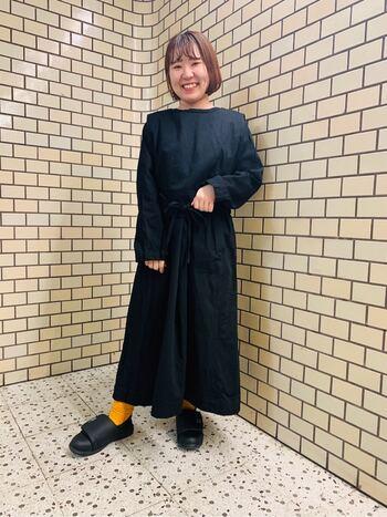 落ち着いたイメージのブラックですが、フレッシュなオレンジを差し色にすれば明るい印象に。小物でも雰囲気がガラリと変わるので、「明るい色の服は苦手だけど、気分を上げたい」という方にもおすすめですよ。