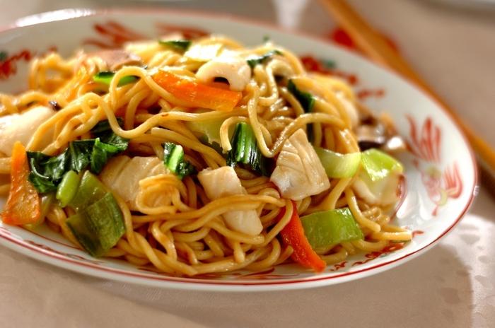 オイスターソースとしょうゆで香港風に仕上げた焼きそばのレシピ。いつものソース焼きそばに飽きたときにおすすめの一品です。具材には、中華料理と相性がいいイカやチンゲンサイをチョイス。ニンジンも加えて彩り豊かに仕上げています。
