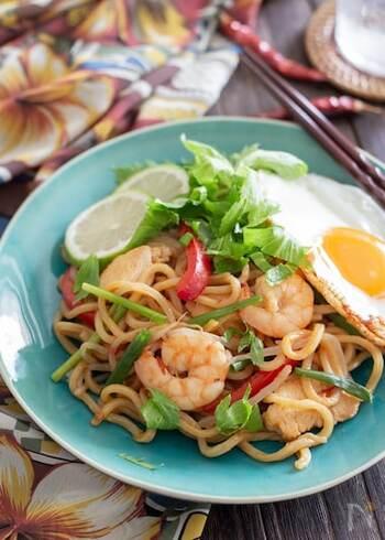 「ミーゴレン」とは、インドネシアやマレーシアなどで親しまれている麺料理のこと。現地では、味つけに「ケチャップマニス」と呼ばれる甘いケチャップを使用します。焼きそばと似た料理ですが、やや甘めの味わいなのが特徴です。 ケチャップやオイスターソースなどの身近な調味料を使用して、ミーゴレン風の焼きそばが完成!豆板醤をプラスして、甘辛な味わいに仕上げています。