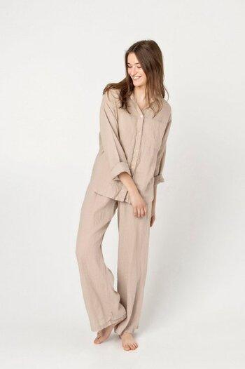 こちらもリネン100%のパジャマです。全体的にはシンプルなデザインですが、トップスにはサイドスリットが入り、色味はやわらかなベージュなので、デイリーウェアとして着用してもお洒落な装いになりそうです。