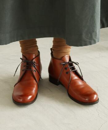 チャカブーツは、2〜3組のヒモ穴を備えたくるぶし丈のショートブーツで、レースアップブーツの一種です。レースアップブーツは難易度が高いかも?とお思いの方は、チャカブーツがおすすめ。こちらの茶色はアンティーク感があり、履くだけでおしゃれ度アップ。