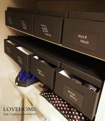 購入したときの箱を利用してもいいですが、箱やケースを統一するとすっきりしますね。こちらは、中身がすぐ分かるようにメッセージカードに靴の特徴を書いてラベリングしているそう。