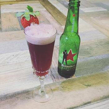 赤ワインにビールをアレンジしたビアカクテル。いちごの果汁をプラスしているので、ふんわりとした甘さも感じます。グラスのふちに切れ目を入れたいちごをトッピングすると、まるでお店のような仕上がりに。  赤ワインだけよりも軽く、飲みやすくなります。