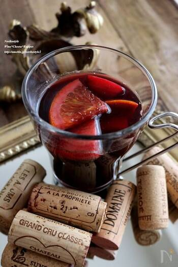 紅茶、りんご、オレンジを合わせたホットワインです。ヨーロッパでは冬の定番の飲み物でもあるホットワイン。はちみつで深みのあるまろやかな甘さをプラスしています。  甘酸っぱいフルーツの香りが漂い、体をじんわりと温めてくれます。優しい香りに心まで癒されそうですね。