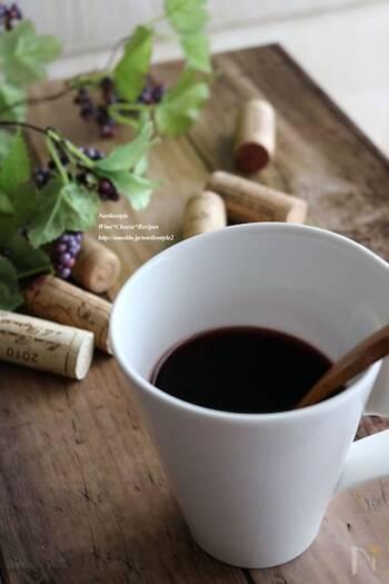 こちらは思い立ったらすぐに作れる電子レンジで作るホットワインのカクテルです。カルダモンパウダー、シナモンパウダーを使っているので、すぐに全体に馴染みます。  レンジで温めることで、砂糖も溶けやすくなり、一石二鳥。スライスオレンジを加えてから少しだけ加熱して、さらに風味をアップしています。ふきこぼれないよう、注意しながらレンジ加熱しましょう。
