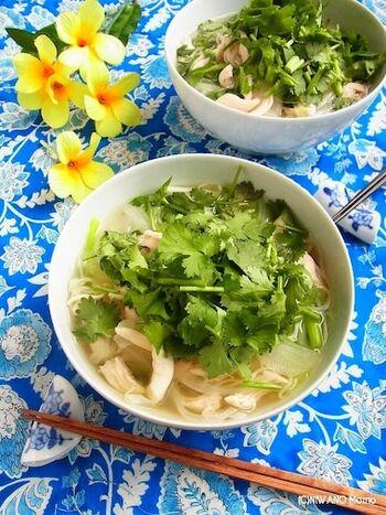 フォーを自宅にストックしている人は、そんなに多くないのでは?だけど、アジア麺が無性に食べたい…そんなときには、素麺で代用するのがおすすめです。 ささみは、余熱で火を通してしっとりした味わいに。ささみの茹で汁をスープに使用するため、鶏のだしが効いた美味しいフォーが完成します。パクチーをたっぷり添えて、レモン汁もかけてからいただきましょう。