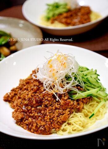 「ジャージャー麺」とは、北京などで広く親しまれている人気の麺料理。茹でた麺の上に、豚のひき肉や豆板醤などを炒めてつくった「肉みそ」をかけていただきます。麺だけでなく、白いご飯にかけても美味しそうですね♪