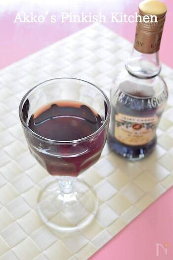 カシスのリキュールと白ワインを合わせたキール。ワインベースのカクテルの中でも世界一人気があるといわれているものです。しっかりと冷やした白ワインを使うと、美味しく作れます。  ちなみに、白ワインをシャンパンやスパークリングワインに変えるとキール・ロワイヤルという別の名前のカクテルになるんですよ。