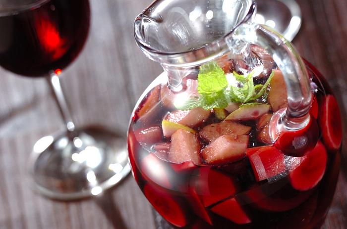 赤ワインにオレンジ、リンゴ、レモン、バナナをシナモンと一緒に漬け込んだサングリアです。グラニュー糖で優しい甘味をつけています。  ワインの風味を生かすなら、上白糖よりもグラニュー糖がおすすめ。たんぱくな甘味で、それぞれの素材の持ち味を際立たせることができます。
