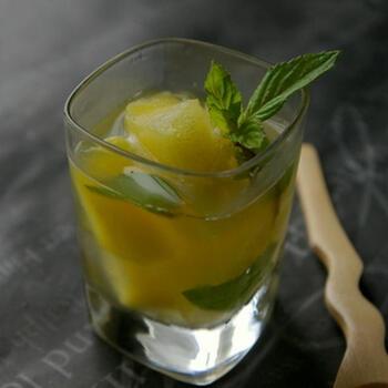 角切りにしたパイナップルと白ワイン、蜂蜜、ミントをアレンジする爽やかなカクテルです。安いワインの方がフレッシュなパイナップルやミントの風味を強く感じられます。  パイナップルを多めにアレンジして、デザート感覚でいただくのも素敵ですね。