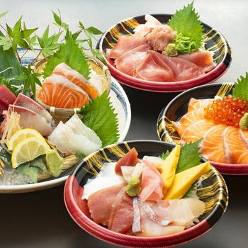 大阪メトロ鶴見緑地駅より徒歩10分のところにある居酒屋、「志な乃亭 鶴見店」。産直鮮魚と地鶏を中心に、リーズナブルなお値段で料理を提供しています。テイクアウトではサーモンいくら丼などの海鮮丼をはじめ、「サバつけ焼きと豚しょうが焼き弁当」といったお弁当、から揚げ・だし巻・どて焼き・枝豆の「居酒屋セット」などを用意。美味しい和食を気軽にテイクアウトで楽しむことができます。