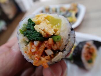 韓国の海苔巻き「キンパ」をはじめ、ビビンバ、クッスといった韓国料理を取り揃えている「mimi Bentto」。手作り感がありつつも、本格的な韓国の味を楽しむことができるお店です。キンパは一口サイズで食べやすく工夫されており、テイクアウトでも食べこぼしたりしにくいのが魅力。小さいとはいえ具材がたっぷり入っており、満足感は十分です♪