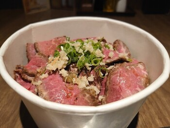阪急千里線・大阪モノレール山田駅から徒歩10分のところにある「いやしん坊」は、こだわりのお肉を自分で焼いて楽しめる焼肉店です。こちらでは、鮮やかなピンク色に食欲をそそられる「自家製ローストビーフ丼」や、本格的な「ビビンバ」などをテイクアウトで提供。焼肉店だからこその良質なお肉をリーズナブルに、その上テイクアウトでお気軽に楽しむことができます。