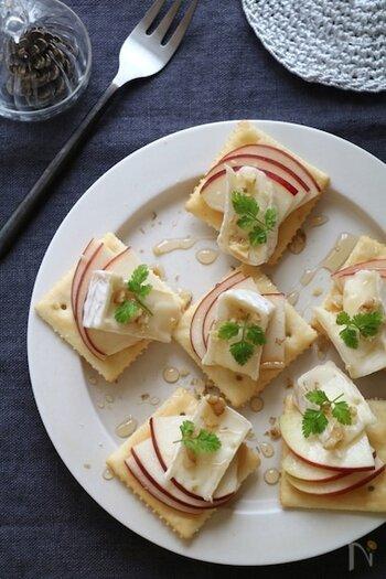 カナッペとは、バゲットやクラッカーなどに食材をのせたお料理のこと。ブルスケッタと似ている料理ですが、カナッペはフランス語、ブルスケッタはイタリア語なのだそうです。 クラッカーに、リンゴとカマンベールチーズを重ねて赤色が際立つ一品に。カマンベールチーズの代わりに、ブルーチーズを使っても美味しくいただけます。