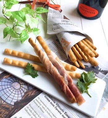グリッシーニとは、イタリアの前菜やおつまみとして欠かせないスティック状のパンのこと。材料をこねて、スティック状に伸ばして、オリーブオイルを塗ってオーブンで焼き上げれば完成します。 基本の塩味をマスターしたあとは、粉チーズや黒コショウを入れたり、生ハムを巻いたりしてアレンジ可能です。