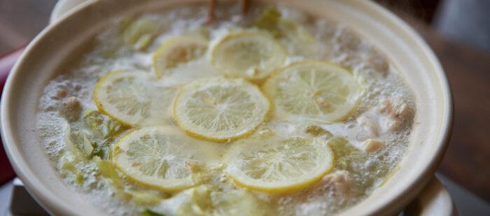 鶏手羽の出汁と爽やかなレモンの風味が溶け合うお鍋。このレシピでは、フレッシュレモンと塩を使っていますが、塩レモンでも美味しくできそうですね。