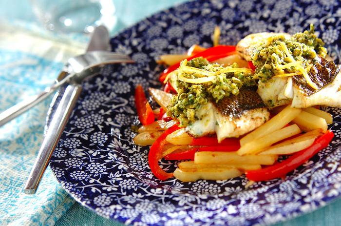 スパイスがきいた塩レモンのマリネ液を魚に塗って焼いた、モロッコ風の魚ソテー。塩レモン風味の野菜炒めを下に敷いて、彩りよく仕上げます。最後に、残ったマリネ液をかけてできあがり。