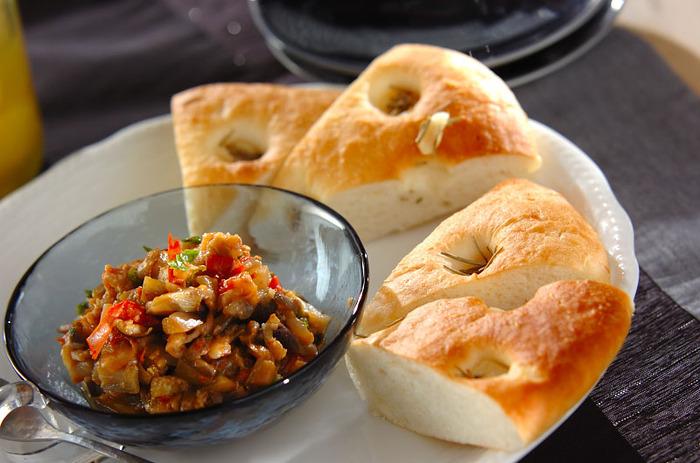 なすに、塩レモンやさまざまなスパイスを加えたモロッコ風のディップ。パンに添えれば、ワインにも合うおしゃれで大人な一品になります。