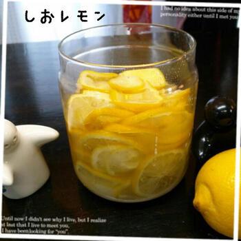 さらに短時間で!いますぐ使いたい!そんな方はレンジを使ってみてはいかが?ほんの30秒レンジにかけて塩を揉み込むだけで簡単塩レモンができるそうです。