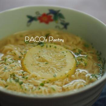 人気の塩ラーメンにレモン風味をプラス。塩レモンを使えば、濃厚風味のラーメンもすっきりした口当たりになります。パクチーがとてもよく合い、エスニックな雰囲気もある不思議な麺料理です。