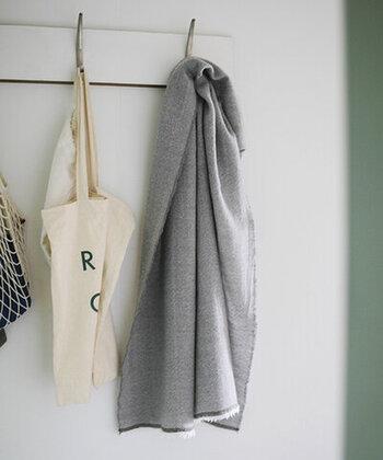 最高級のウールを使用したラプアンカンクリのスカーフは、軽くてやわらかな使い心地。首に巻いたり羽織ったりして、秋~春まで長く使えます。幅広い年齢の女性に喜ばれそうなアイテム。