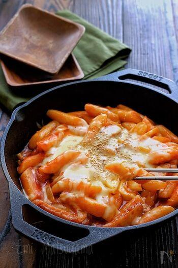 ピリ辛な味わいを楽しめるチーズトッポギのレシピ。大人向けのおつまみレシピとしておすすめの一品です。焦げないように注意しながら火を通すのが、きれいに仕上げるポイントです。自宅で気軽に韓国気分を味わいたいときにどうぞ♪