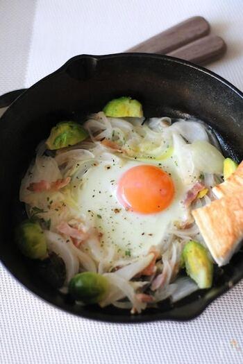 春の朝食におすすめしたい、新玉ねぎと芽キャベツを使ったレシピ。卵を加えるだけで、ぜいたく感と彩りがアップします。忙しい朝に、スキレットのまま食卓でいただけるのも嬉しいですね。