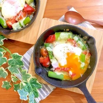 人気の食材であるアスパラ&トマト&半熟卵で作るスキレットを使ったレシピ。アスパラやトマトを半熟卵に絡めながらいただきましょう。  アスパラ・トマト・卵のコラボだと、緑・赤・黄色で彩りがきれいなのも魅力です。朝食に沿えるだけで、朝から気分を高められそうですね。