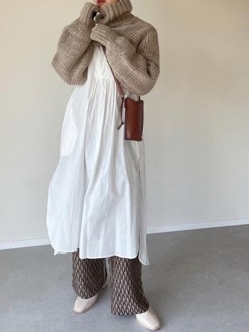 白×ベージュを組み合わせたコーディネートは、優しくナチュラルな印象を受けますよね。その柔らかさを活かしたいときには、足元にはベージュやホワイト系のショートブーツを合わせるのがおすすめ。スクエアトゥなので甘くなりすぎず、洗礼された雰囲気に◎。