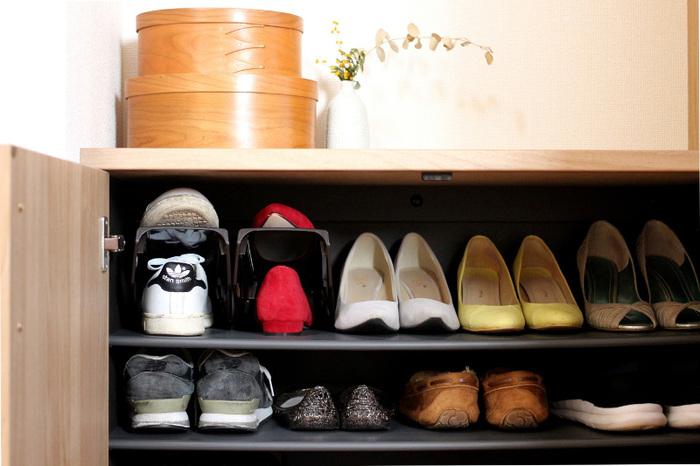 棚板で仕切るだけだとデッドスペースが生まれますが、靴を交互に重ねて収納できる「シューズホルダー」を使えば収納力が2倍にアップします。100均でも購入できるので手軽に実践しやすいですね。